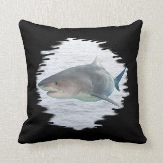 Haifisch in Wasser Amerikaner MoJo Kissen