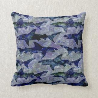 haifisch muster in lila und in blauem kissen - Hai Kissen Muster