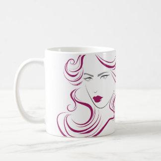 Hairstylingseinbrennen Haar der reizenden Kaffeetasse