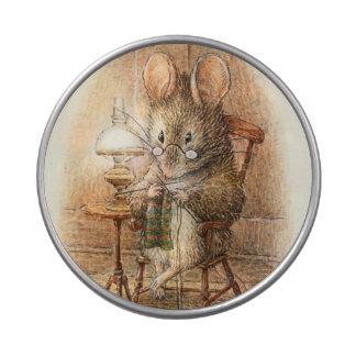Häkelarbeit oder strickende Maus zu Hause Jelly Belly Dose