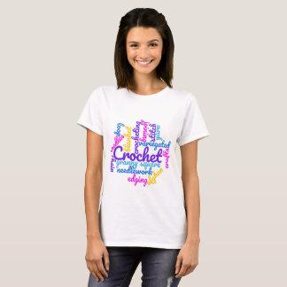 Häkelnde Häkelarbeit-Typografie fasst T-Shirt