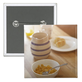 Hälfte gegessenes Frühstück auf Küchentisch Anstecknadelbutton