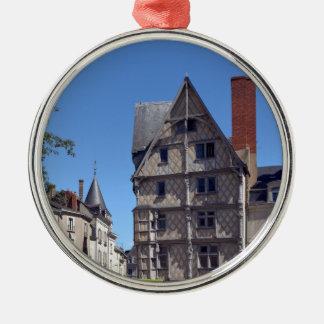 Hälfte-gezimmertes Haus verärgert herein Rundes Silberfarbenes Ornament