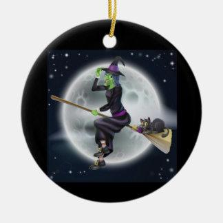 Halloween-Hexe auf einem Besen mit Katze Rundes Keramik Ornament