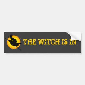 Halloween-Hexe ist im Autoaufkleber