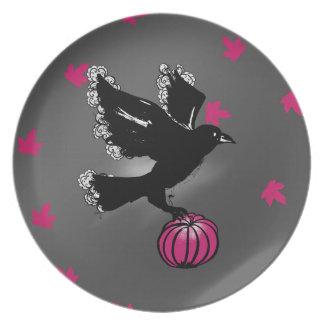 Halloween-Illustration eines Raben und des Melaminteller