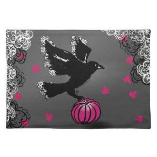 Halloween-Illustration eines Raben und des Stofftischset