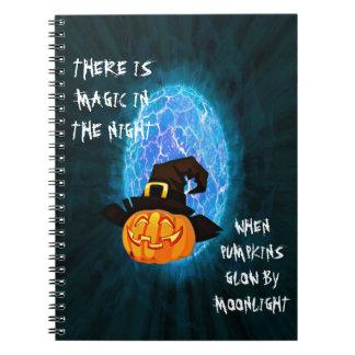 Halloween-Kürbis durch Mondschein Spiral Notizblock