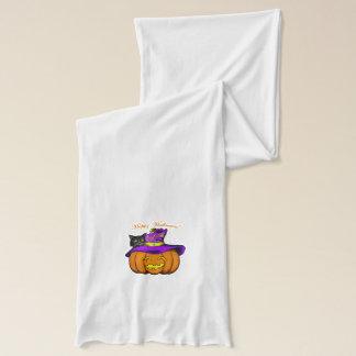 Halloween-Kürbis in einem lila Hexe-Hut Schal