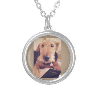 Halskette mit einem Airedale-Hund