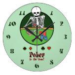 Halten Sie sie Poker Skeleton Wanduhr