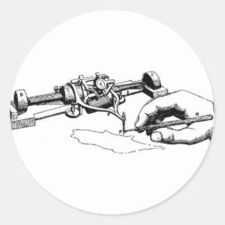 Hand, die altes Gerät repariert Runder Aufkleber