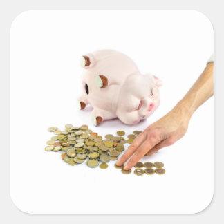 Hand, die Euromünzen von der piggy Bank zählt Quadratischer Aufkleber