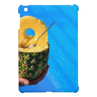 Hand, die frische Ananas über Swimmingpool hält iPad Mini Hülle