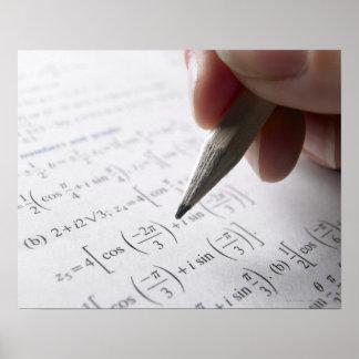 Hand, die Mathe-Hausaufgaben tut Poster
