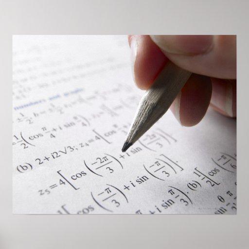 Hand, die Mathe-Hausaufgaben tut Plakatdruck