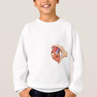 Hand, die offenes menschliches Herz des Modells Sweatshirt