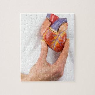 Hand, die vorbildliches Herz auf Kasten hält Puzzle