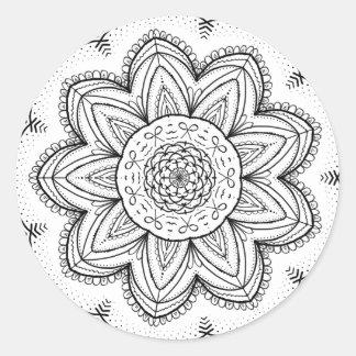 Hand gezeichneter Bandmandala-- schwarze u. weiße Runder Aufkleber