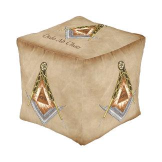 Hand gezeichnetes Quadrat und Kompass mit allem Kubus Sitzpuff