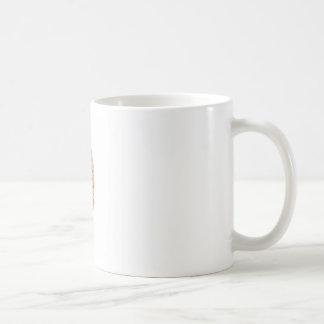 Hand hält vorbildliches menschliches Gehirn auf Kaffeetasse