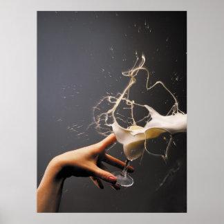 Hand mit dem fliegenden Glas des Likörs Poster