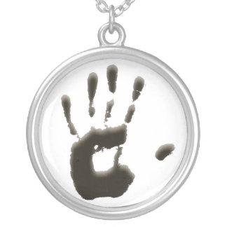 Hände auf Halskette
