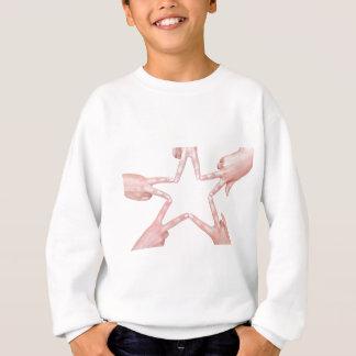 Hände der Mädchen, die Stern machen, formen auf Sweatshirt