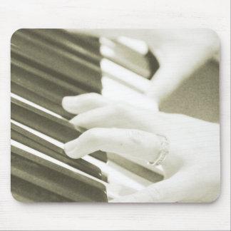 Hände, die den Klavierphotographie Sepia spielen Mousepads