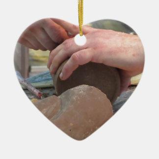 Hände schnitten eine Skulptur von einer Schokolade Keramik Ornament