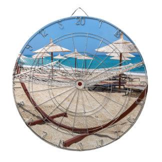 Hängematte mit Strandschirmen an der Küste Dartscheibe