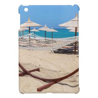 Hängematte mit Strandschirmen an der Küste iPad Mini Hülle