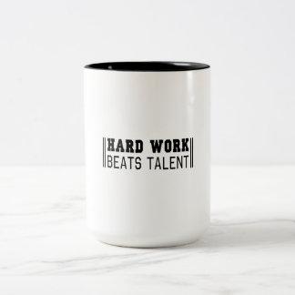 Harte Arbeit schlägt Talent Zweifarbige Tasse