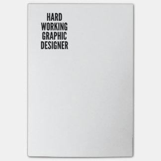 Harter arbeitender Grafikdesigner Post-it Klebezettel