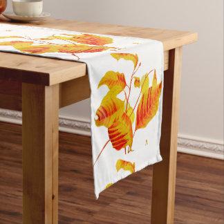 Hartriegel-Blätter auf einem Tabellen-Läufer Kurzer Tischläufer