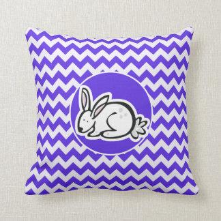 Häschen auf blauem violettem Zickzack Kissen