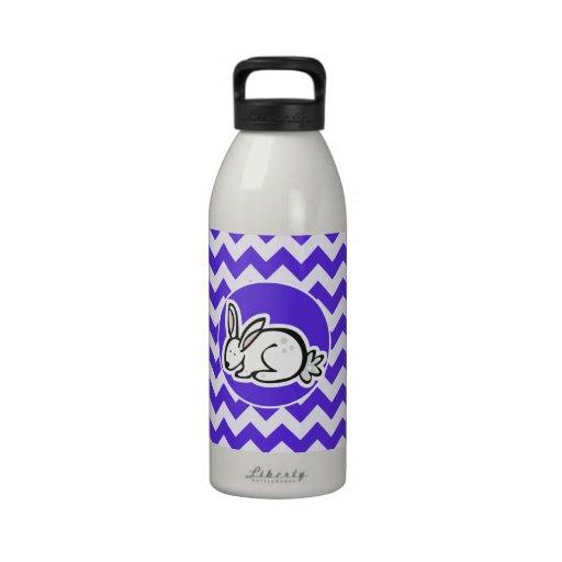 Häschen auf blauem violettem Zickzack Wasserflaschen