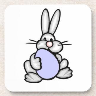 Häschen, das Lavendel-Blau-Ei hält Getränk Untersetzer