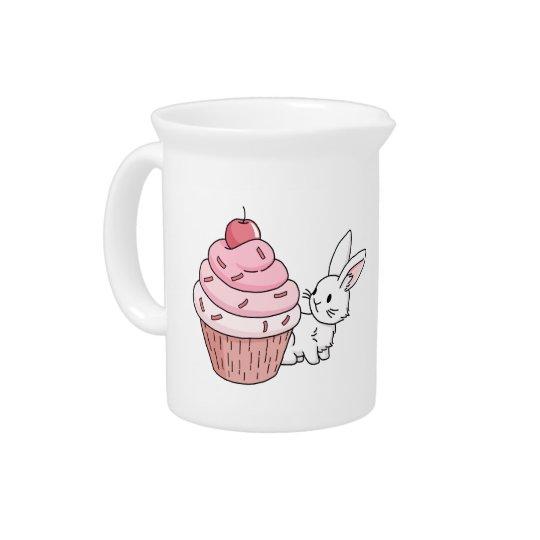 Häschen mit einem rosa kleinen Kuchen Getränke Pitcher