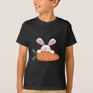 Häschen mit Karotten-T-Shirts und Geschenken