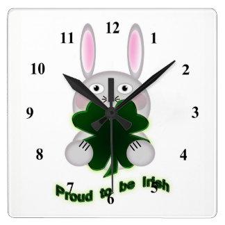Häschen St. Patricks stolz, irisches Kleeblatt zu Quadratische Wanduhr
