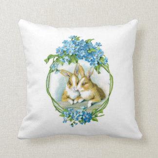 Häschen und blaues Blumen-Kissen