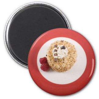 Haselnuss-Kuchen mit Himbeermagneten Runder Magnet 5,7 Cm