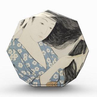 Hashiguchi Goyo - Frau im Blau, das ihr Haar kämmt Auszeichnung