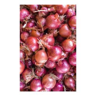Haufen der roten Zwiebeln auf Markt Briefpapier