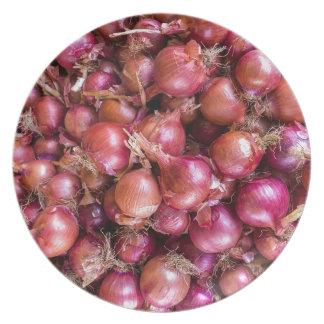 Haufen der roten Zwiebeln auf Markt Teller