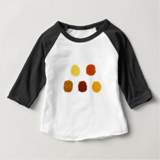 Haufen der verschiedenen Gewürzgewürze auf Weiß Baby T-shirt