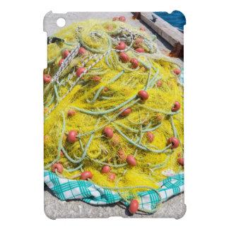 Haufen des gelben Fishnet auf dem Boden in Meer iPad Mini Hülle
