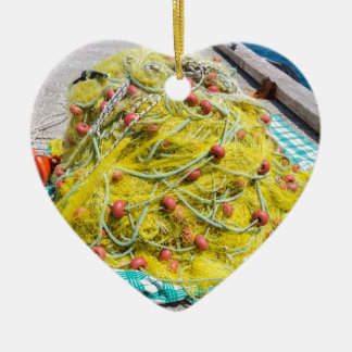 Haufen des gelben Fishnet auf dem Boden in Meer Keramik Ornament