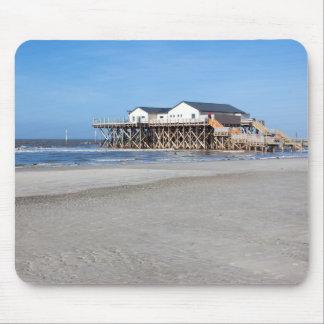 Haus auf Stelzen am Strand von St Peter Ording Mousepad